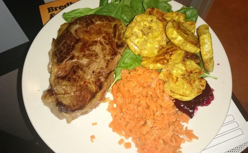 Entrecote med stekta matbananer och mjölksyrade morötter